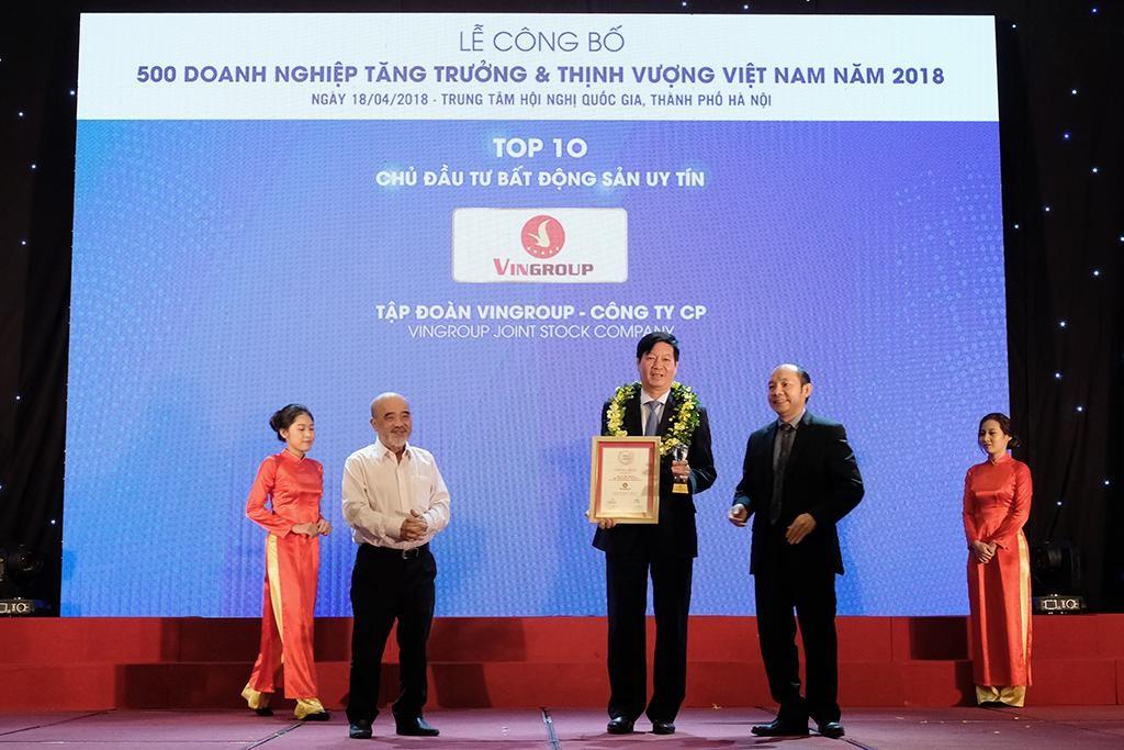 Ông Lê Khắc Hiệp - Phó Chủ tịch Tập đoàn Vingroup (đứng giữa) trong lễ vinh danh Chủ đầu tư BĐS uy tín nhất năm 2018